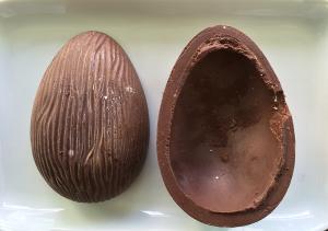 Ovo de chocolate esbranquiçado da geladeira
