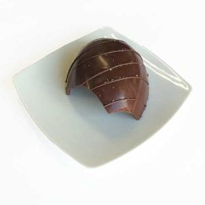 Cau Chocolates - Meio ovo ao amargo com casca recheada de caramelo e sal