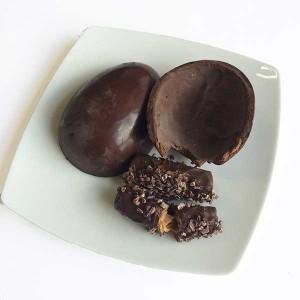 Renata Arassiro - Ovo de páscoa chocolate amargo com waffle de gianduia amargo