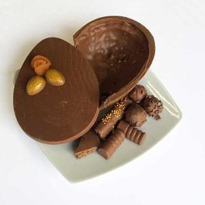 Renata Arassiro - Ovo de páscoa chocolate ao leite com praliné folhado estalado