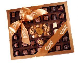 Crismel caixa com 36 bombons e uma barra de chocolate com frutas cristalizadas