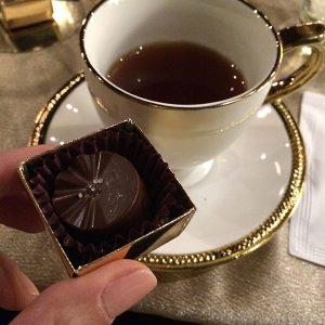 Chocolat du Jour - Choco Chá com bombom de caramelo e flor de sal