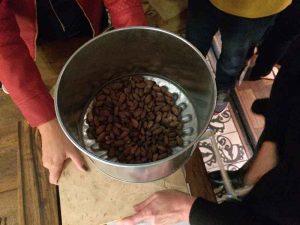 Curso chocolate bean to bar Amma e Mission Chocolate - quebrando casca do grão de cacau