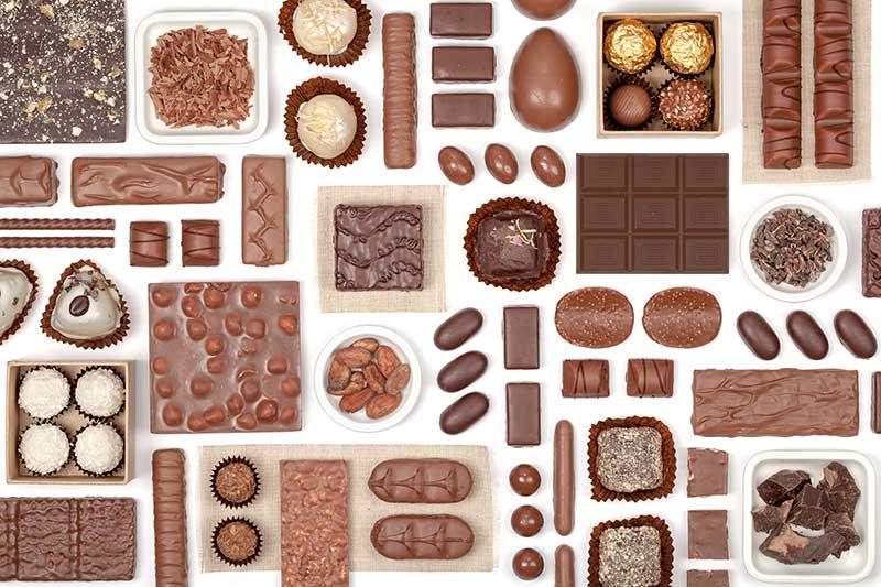 Vários tipos de chocolates na mesa