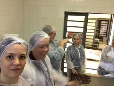 Zelia na fábrica da Chokolah em 2017